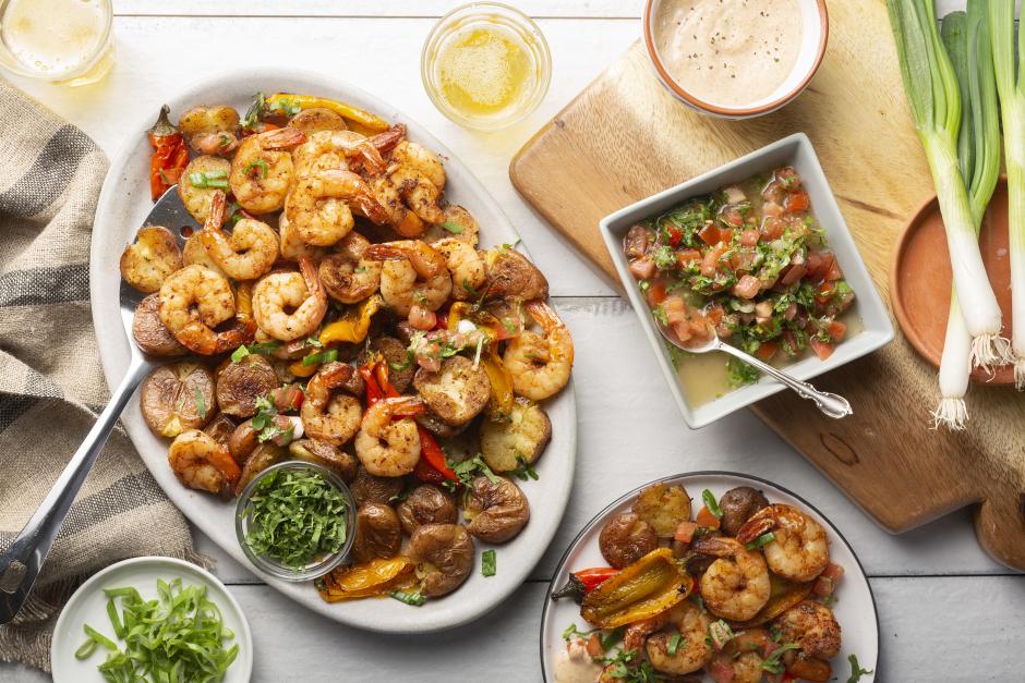 Assiette de crevettes fumées et de patatas bravas