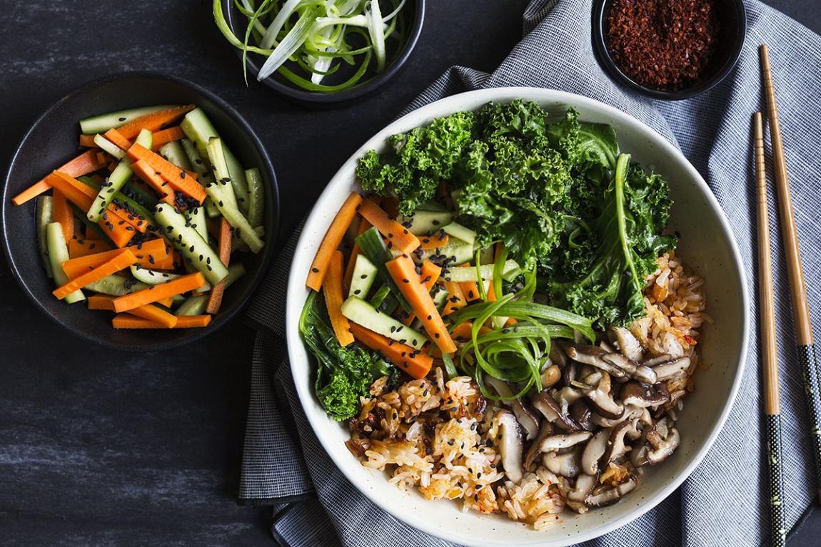 Bibimbap coréen aux légumes avec champignons shiitake