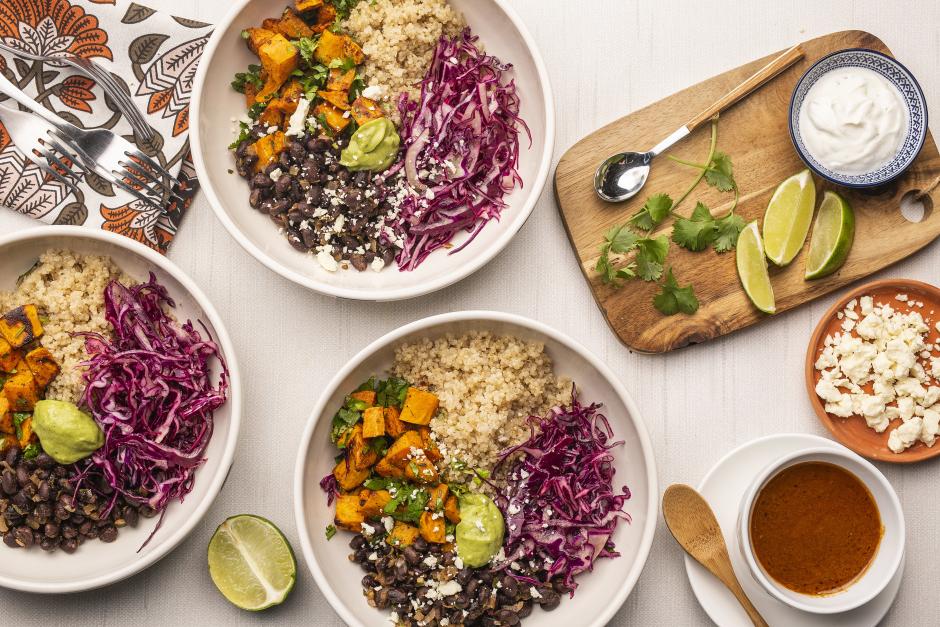 Patates douces rôties et haricots noirs sur quinoa