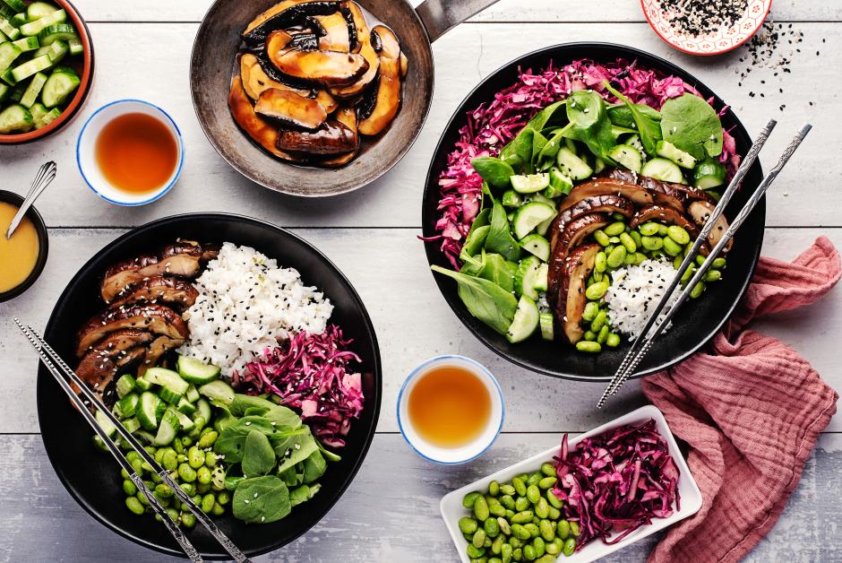 Bols bouddha à la japonaise avec champignons en sauce teriyaki