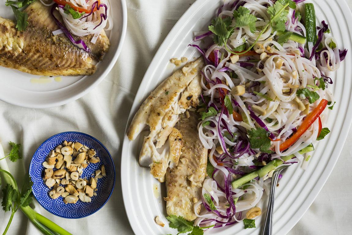 Tilapia grillé avec salade de nouilles de riz