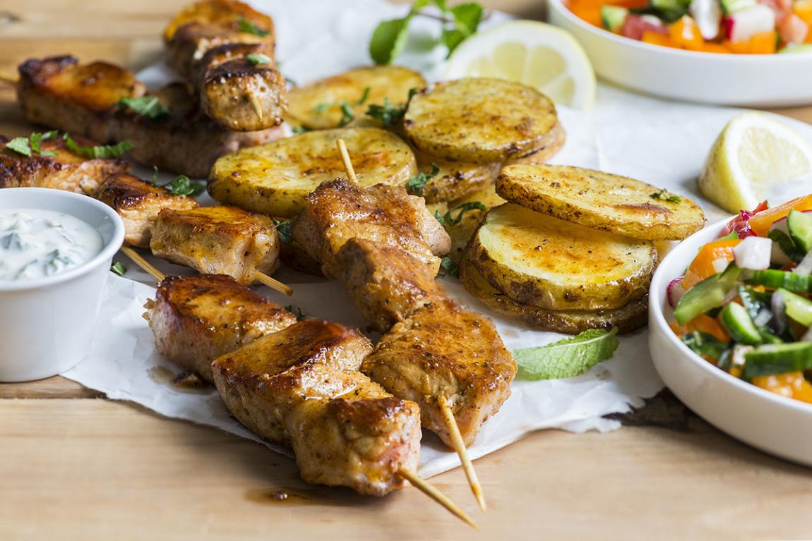 Brochettes de porc souvlaki avec salade colorée