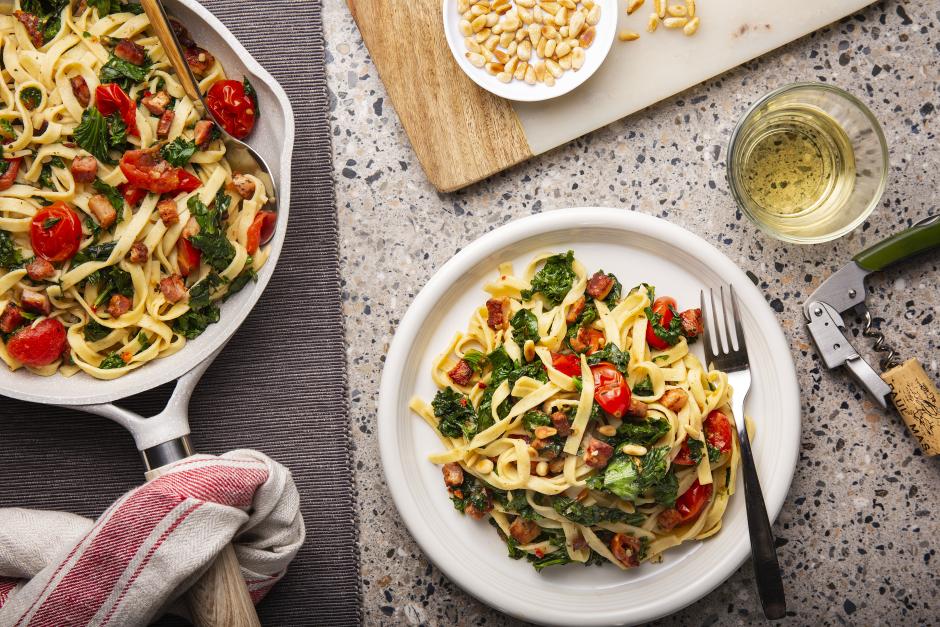 Tagliolinis à la pancetta, au kale et aux tomates cerises
