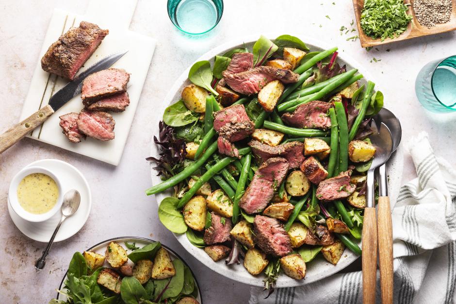 Steaks aux épices sur salade