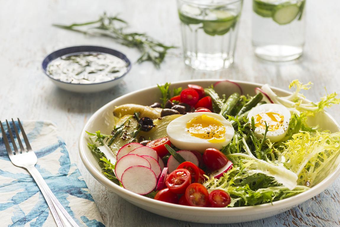 Salade niçoise estivale avec pommes de terre grelots