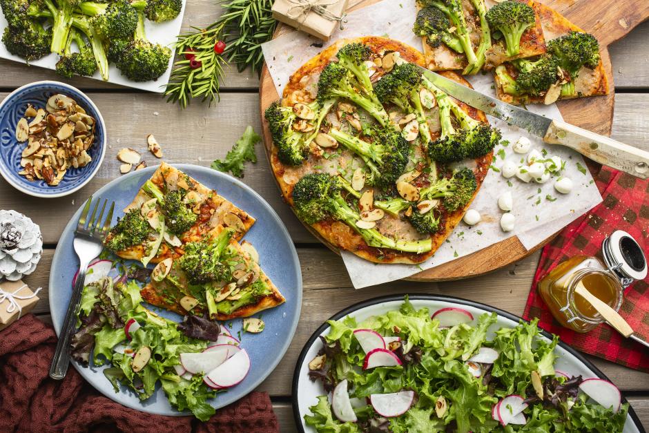 Pizzas brocolis-amandes sur naans avec perles de bocconcini