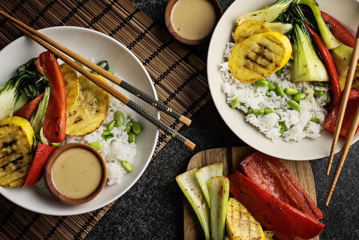 Bols de légumes grillés avec sauce soya-gingembre