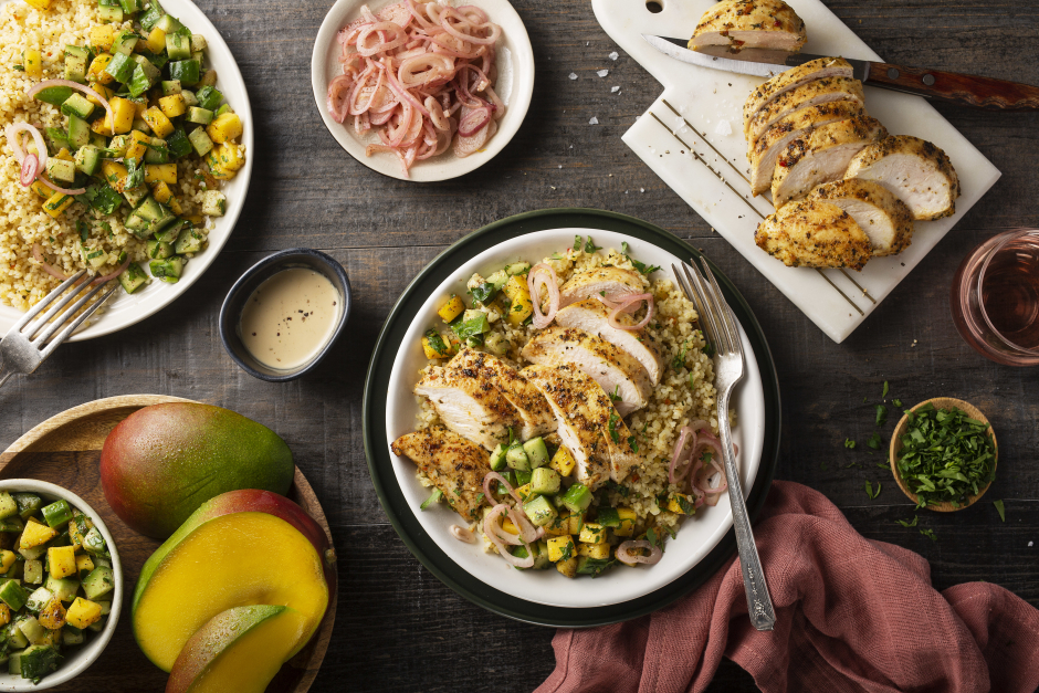 Poitrines de poulet poêlées et salade composée à la mangue