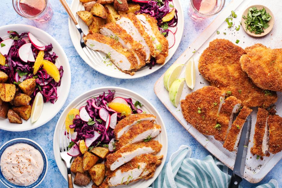 Schnitzels de poulet croustillants avec salade de chou acidulée