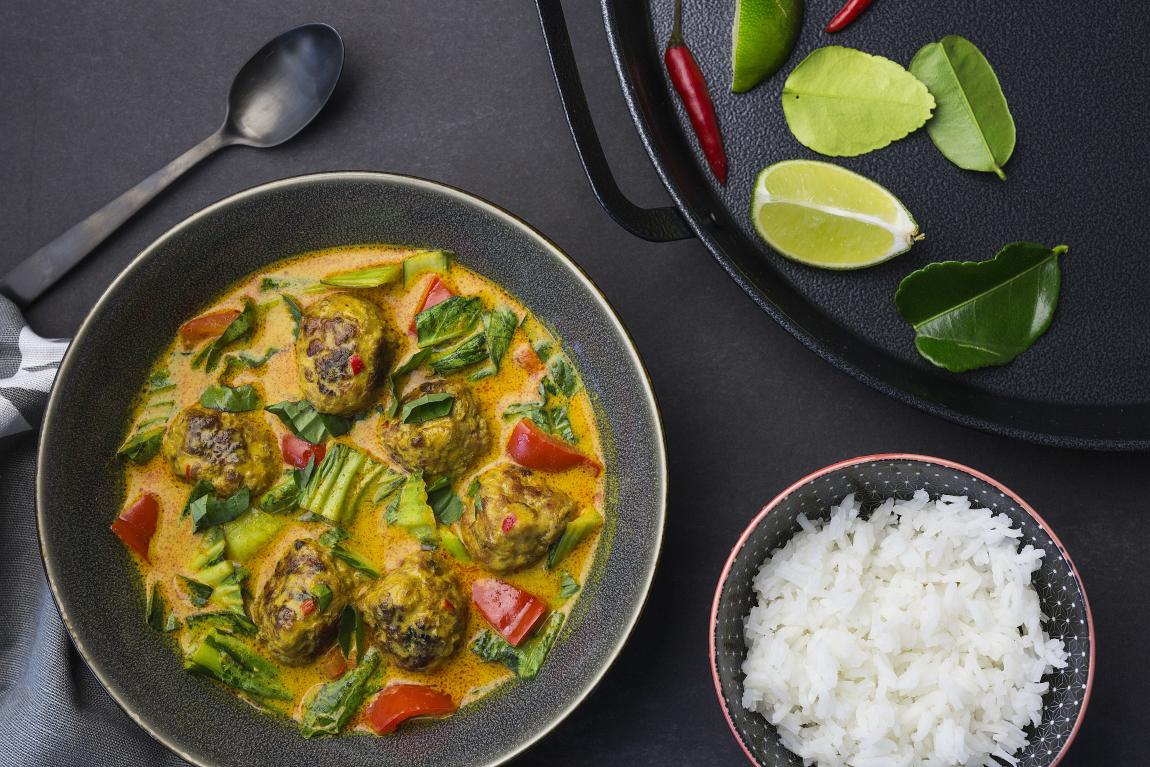 Boulettes de porc & curry thaï au lait de coco avec lime kaffir