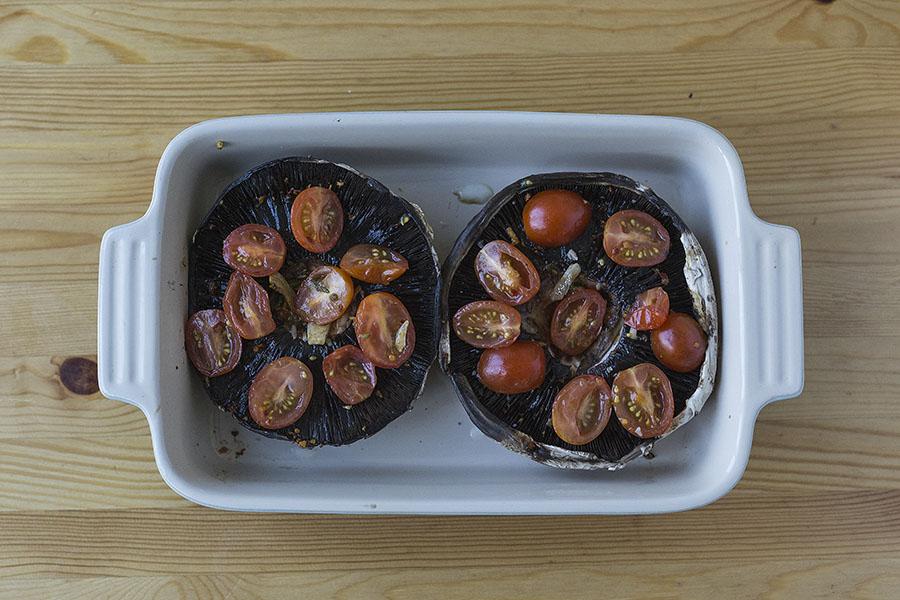 Champignons Portobello cuits au four - avec tomates ...